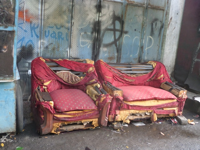Cara Merawat Sofa Rusak